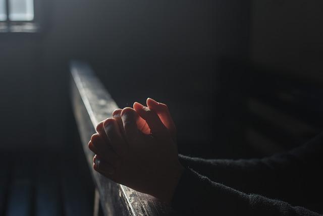 祈っている人